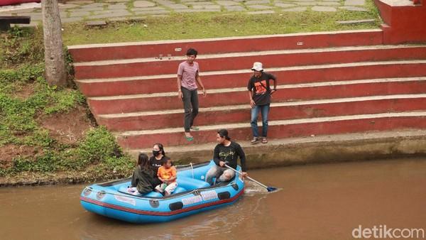 Qori (43), pengunjung lainnya menyebut keberadaan Sungai Cikapundung yang melintas disepanjang wilayah Kota Bandung harus dijaga. Jangan sampai kotor, apalagi membuang sampah ke aliran sungai, ujar Qori. (Wisma Putra/detikTravel)