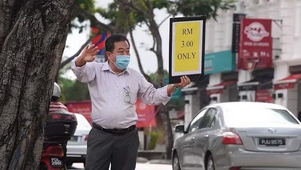 Agar Karyawan Tak Kena PHK, Manajer Hotel Rela Jualan Makanan di Jalan