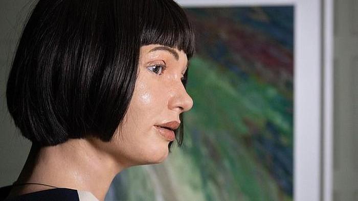 Robot humanoid AI Ai-Da akan memamerkan serangkaian hasil lukisan berupa potret dirinya sendiri yang dia buat dengan melihat ke cermin.