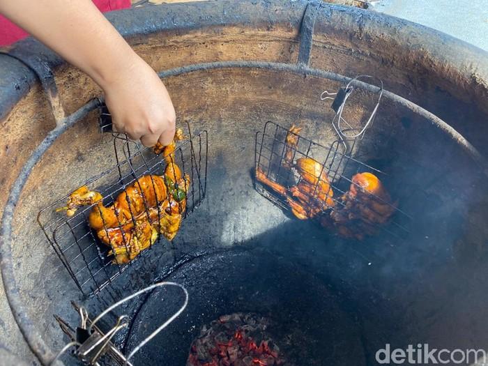 Ayam Tempayan Uinuk : Harumnya Ayam  yang Dibakar dalam Tempayan
