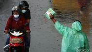 Berkah Penjual Mantel di Tengah Guyuran Hujan