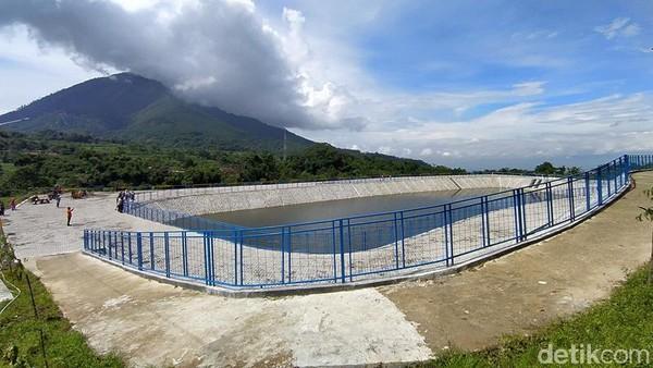 Total bangunan embung menggunakan lahan kas desa seluas 2,8 hektare. Saat ini lahan yang tersisa 2 hektare.
