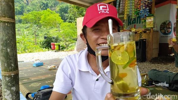Wisatawan yang datang ke Embung juga bisa mencoba minuman khas yang terdiri dari kunyot, serai jeruk nipis jawa dituangkan dengan air panas dan gula pasir, namanya Sekembang.
