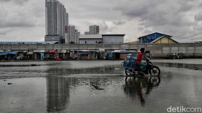 Kawasan Muara Angke, Jakarta Utara, selalu menjadi langganan banjir rob kala musim hujan. Bahkan saat musim kemarau pun banjir kadang menerjang.