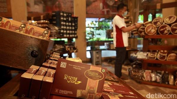 Setiap harinya Kampung Coklat dikunjungi 1000 orang, baik untuk berwisata edukasi ataupun menikmati olahan coklat.