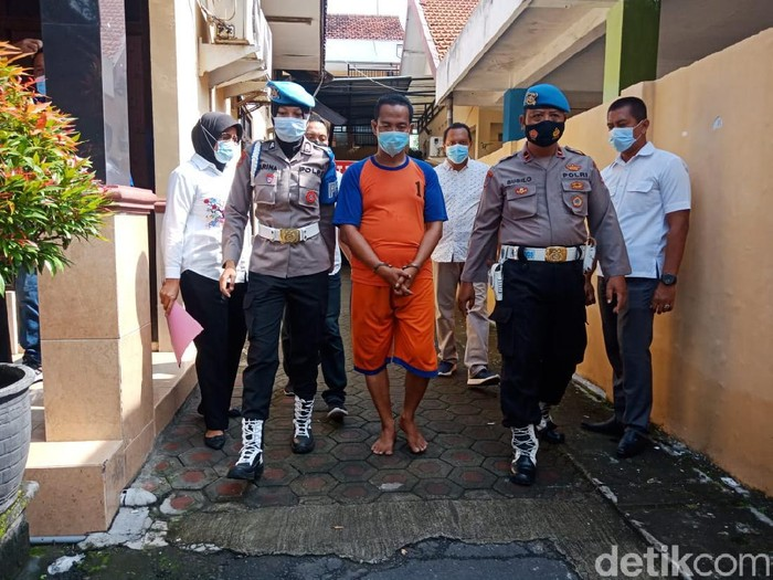 Pimpinan Ponpes Sirojul Ulum di Jombang, Kiai Subechan (50) ditahan karena mencabuli dan menyetubuhi 6 santriwatinya. Para korban tergolong anak di bawah umur yang usianya 16-17 tahun.