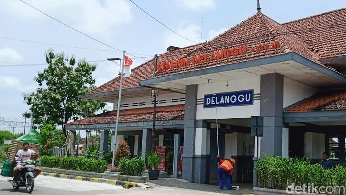 PT KAI melalui PT KCI telah mengoperasikan kereta rel listrik Yogyakarta-Solo. Empat stasiun di Klaten pun difungsikan untuk naik dan turun penumpang KRL. Empat Stasiun tersebut stasiun Brambanan, Kecamatan Prambanan; stasiun Srowot, Kecamatan Jogonalan; stasiun Ceper di Kecamatan Ceper dan stasiun Delanggu di Kecamatan Delanggu.