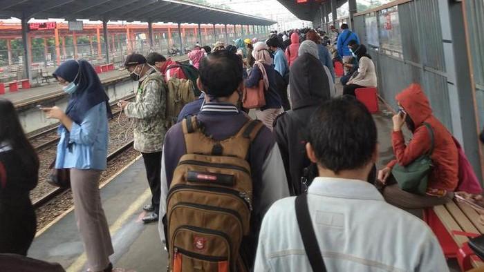 Kondisi Stasiun Bekasi, Senin (15/2/2021) pagi tadi. Calon pengguna mengantre sebelum menaiki KRL