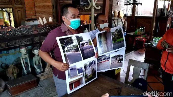 Koordinator MAKI Boyamin Saiman menunjukkan temuan 9 aset diduga terkait kasus Asabri di Boyolali saat jumpa pers di Solo, Senin (15/2/2021)
