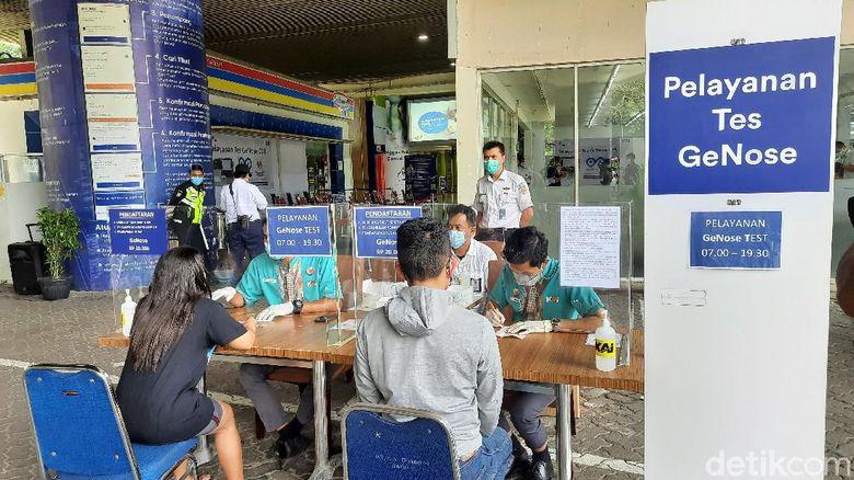 Layanan tes GeNose di Stasiun Gambir, Jakarta.