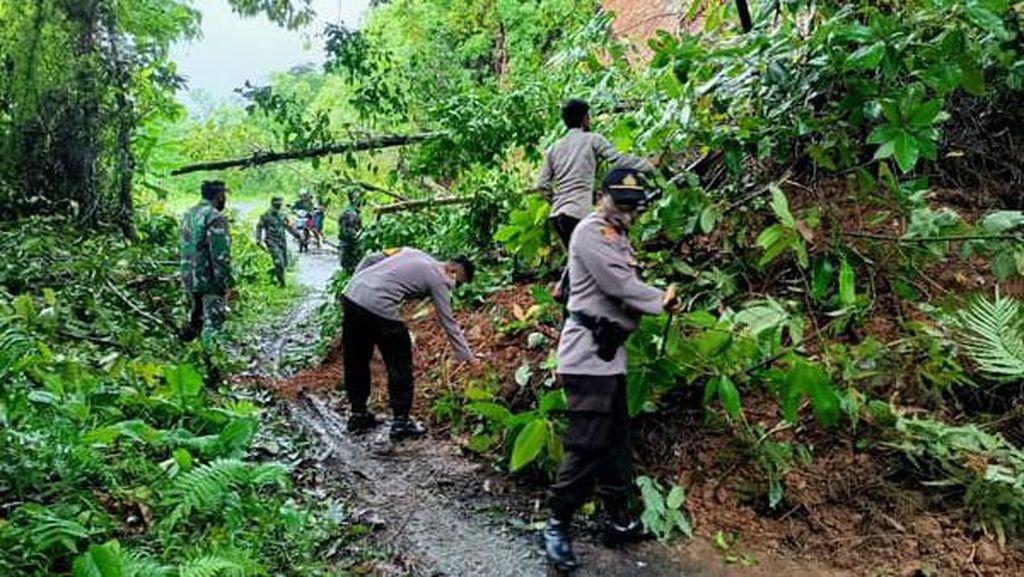 Longsor Tutupi Jalan di Sangihe Sulut, TNI-Polri Turun Tangan
