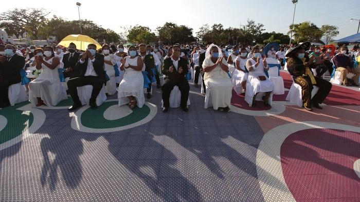 Sekitar 400 pasangan mulai dari remaja hingga lansia mengikuti acara nikah massal di Nikaragua selama perayaan Valentine.