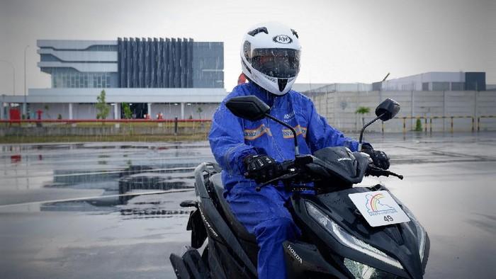 Perlengkapan wajib bikers saat berkendara di musim hujan