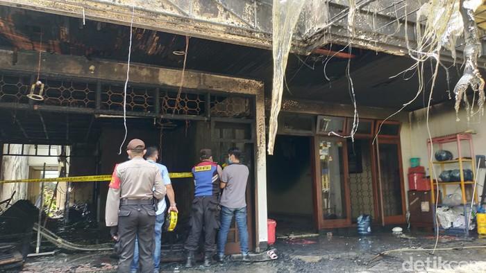 Petugas Damkar Selamatkan 4 Penghuni Kebakaran di Surabaya hingga Hewan Peliharaan
