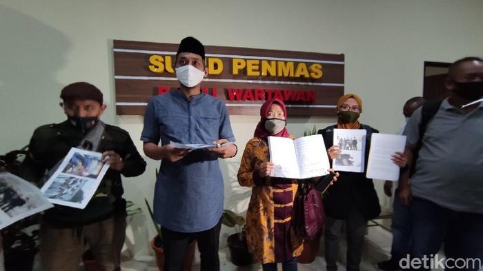 Pihak penerbit buku pelajaran yang menyebut nama Ganjar dipolisikan Forum Wali Murid Jawa Tengah ke Polda Jateng, Senin (15/2/2021).