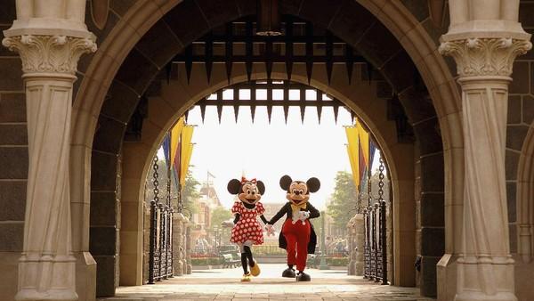 Mickey dan Minnie Mouse terlihat berjalan melalui Sleeping Beauty Castle di Disneyland Hong Kong. Sejak pertama dibangun pada tahun 1955 oleh Walt Disney, Disneyland telah menjadi salah satu tempat favorit anak-anak. Mark Ashman/Disney via Getty Images
