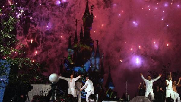 Penari tampil di acara One Mighty Party di Disneyland Resort Paris. Dengan beragam permainan seru dan atraksi dari tokoh-tokoh Disney yang lucu, Disneyland menjadi tempat paling bahagia di dunia. Pascal Le Segretain/Getty Images