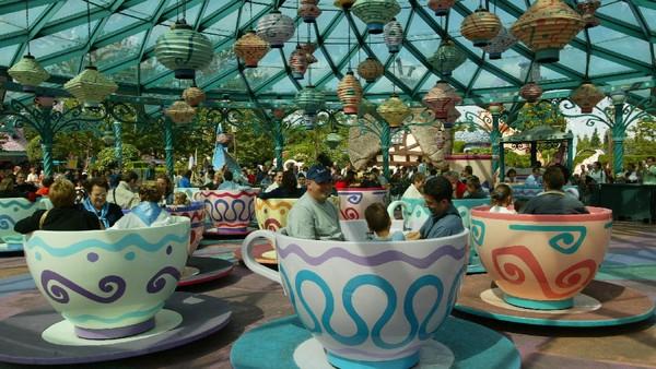 Turis menikmati wahana Mad Hatters Tea Cups di Disneyland Paris, Prancis. Ada 6 Disney Parks yang tersebar di dunia. Tak hanya Disneyland, tetapi juga Disney Resort dan Walt Disney World Resort. Getty Images/Pascal Le Segretain