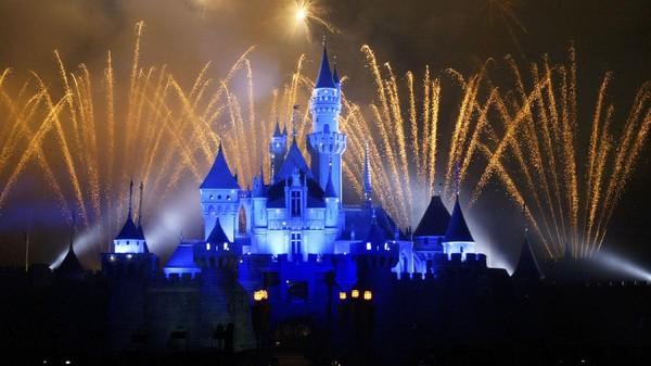 Kembang api meledak di atas Sleeping Beauty Castle di Disneyland Hong Kong. Tokyo Disneyland merupakan taman bermain Disney pertama yang dibuka di luar Amerika Serikat. Taman bermain ini kemudian menjadi Disneyland pertama yang dibuka di Asia setelahnya dibuka Disneyland Hong Kong dan Disneyland Shanghai. Getty Images/MN Chan