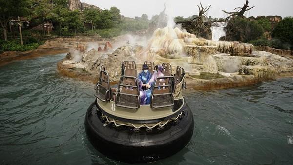 Pengunjung menaiki salah satu wahana bermain di Disneyland Shanghai. Taman bermain keluarga yang berisi wahana-wahana bertema Disney ini memang sangat terkenal, termasuk karena harganya yang mahal. Getty Images/Hu Chengwei