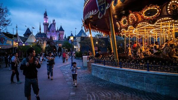Pengunjung berjalan di dalam Disneyland Hong Kong. Di Indonesia, MNC Group akan membuat taman hiburan sekelas Disneyland yang ditandai dengan dimulainya pembangunan Movieland di MNC Lido City usai kawasan ini ditetapkan sebagai Kawasan Ekonomi Khusus (KEK). Getty Images/Lam Yik Fei