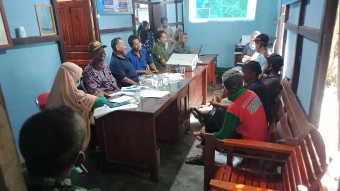 Rapat pencarian buaya di Sungai Pinang, Kalimantan Barat.