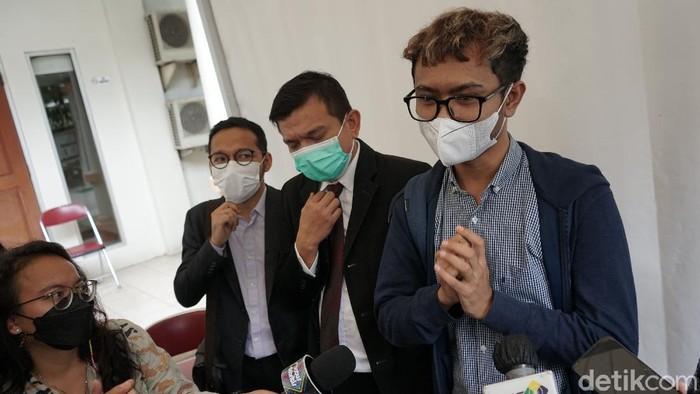 Komedian Ridwan Remin saat memberi keterangan di gedung KPAI Menteng, Jakarta, Senin, (15/2/2021).
