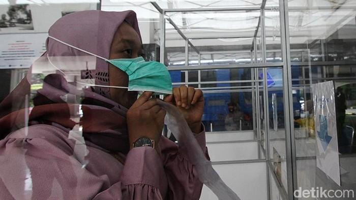 Deteksi COVID-19 dengan sampel melalui embusan napas digelar di Stasiun Balapan, Solo. Hal itu dilakukan sebagai pencegahan penyebaran virus Corona.