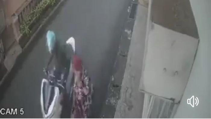 Tangkapan layar video viral penjambretan kalung emas emak-emak di Jepara.