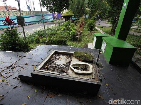 Petilasan toilat yang tidak terurus mejeng di kawasan Manahan, Solo, Jawa Tengah. Fasilitas umum bekas tersebut terlihat dibiarkan begitu saja.