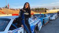 7 Potret Cantik Pembalap Wanita Berdarah Arab Pertama  di Arena NASCAR