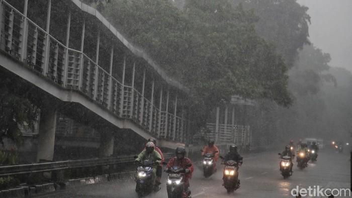 Sejumlah wilayah di DKI Jakarta diguyur hujan pagi ini. Menurut BMKG, musim hujan di Jakarta masih akan terus berlanjut hingga Februari.
