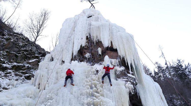 Aksi Menantang Panjat Tebing Es di Ceko