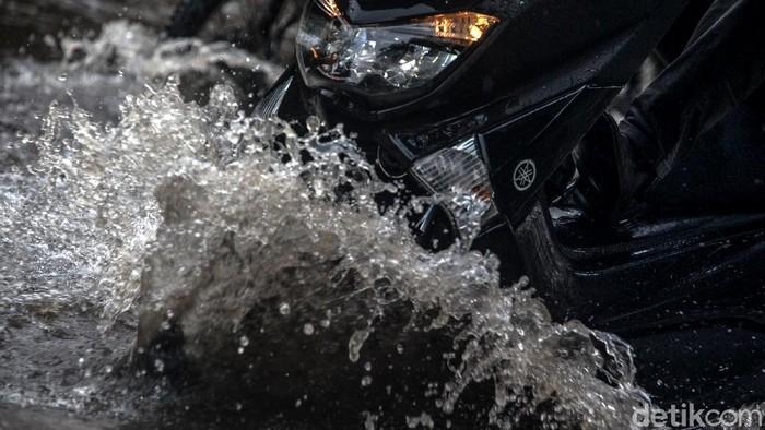 Sejumlah wilayah di Jakarta tergenang air hujan, salah satunya Jalan Lingkar Luar Barat, Cengkareng. Tak sedikit pemotor nekat terobos genangan di wilayah itu.