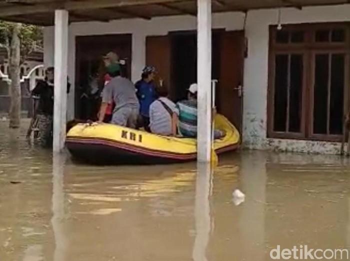 Banjir kembali melanda tiga dusun di Desa/Kecamatan Bandar Kedungmulyo, Jombang. Banjir kali ini memaksa 600 warga mengungsi ke gedung sekolah dan tanggul Sungai Brantas.