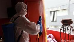 Klenteng Kong Miao di Kota Bandung disemprot disinfektan. Penyemprotan disinfektan itu dilakukan guna mengantisipasi penyebaran virus Corona.