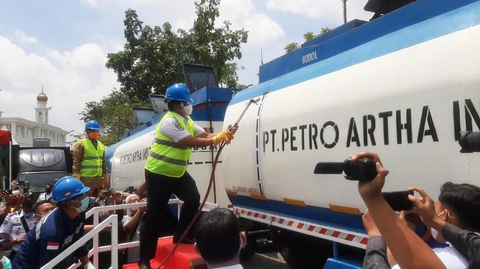 Dirjen Perhubungan Darat Kemenhub potong truk obesitas di Riau (Raja-detikcom)