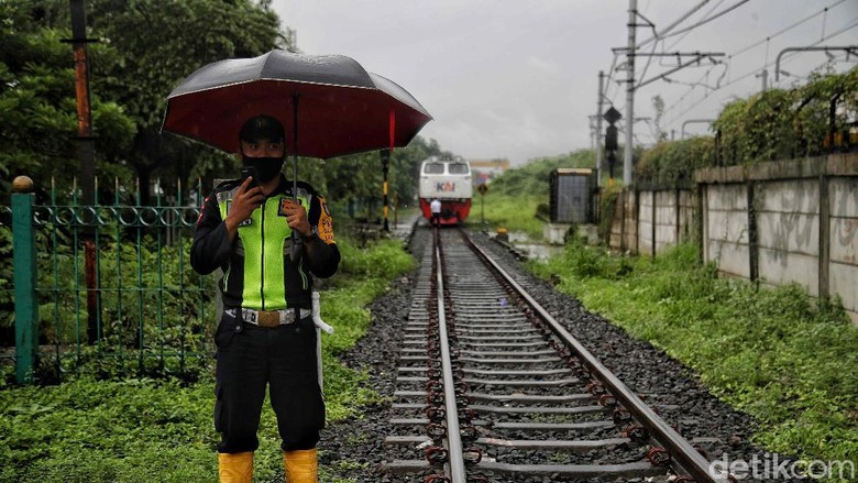 Sebuah kontainer mogok di perlintasan kereta api di Kampung Bandan, Jakarta Utara, Selasa (16/2). Beruntung kontainer berhasil dievakuasi sebelum kereta datang.