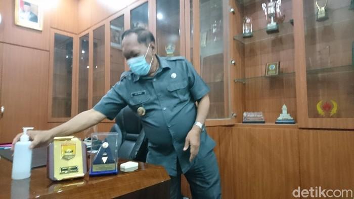 Edi Ariadi mulai mengosongkan ruang kerjanya usai tak menjabat Walkot Cilegon (Iqbal/detikcom)