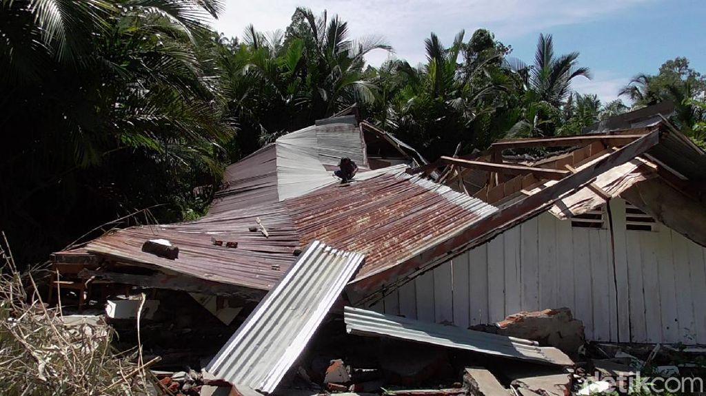 Membahayakan, Gedung Sekolah di Mamuju yang Ambruk karena Gempa Dibongkar