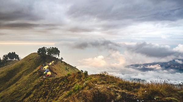 Gunung Rinjani, NTB. Selain memiliki pantai yang terkenal indah, Nusa Tenggara Barat juga memiliki primadona lain yang bisa membuat pengunjung jatuh cinta yaitu Gunung Rinjani. Dengan ketinggian puncak 3.726 mdpl, Gunung Rinjani sudah tersohor akan lanskapnya yang indah. Foto: Jonas Verstuyft-Unsplash