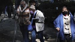 Ratusan warga lanjut usia di atas 60 tahun rela antre menunggu selama berjam-jam untuk mendapatkan kesempatan vaksinasi COVID-19 di Meksiko.