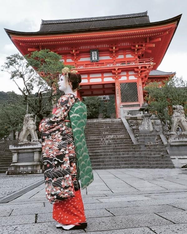 Tak hanya alam yang indah, Miyabi juga pamerkan budaya Jepang dengan menggunakan kimono di Kiyomizu Temple, Kyoto. (Instagram)