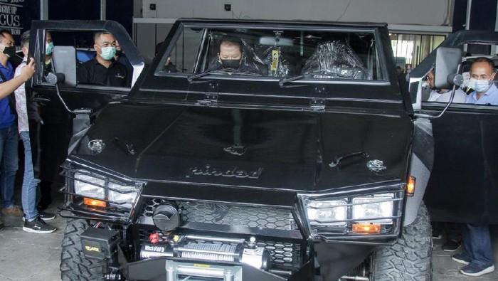Bupati Jember terpilih H Hendy Siswanto membeli mobil taktis Maung produksi PT Pindad untuk mobil dinas. Kendaraan itu akan dipakai terutama saat mengunjungi warga di pelosok.