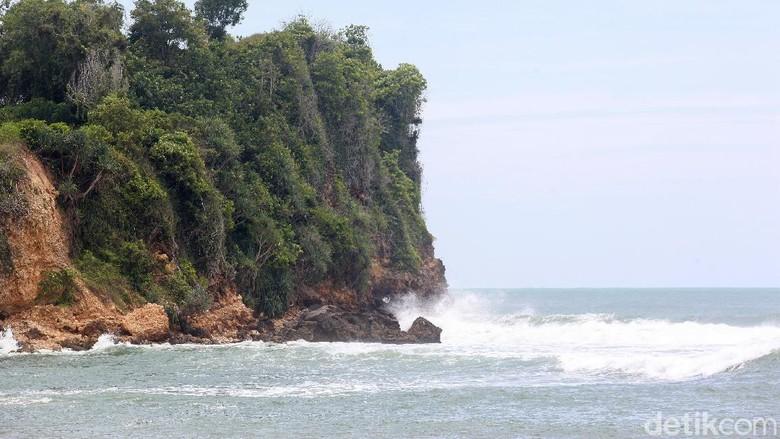 Salah satu objek wisata di Blitar, Jawa Timur, adalah Pantai Tambakrejo. Di sana warga akan menikmati pesona pasir putih dan debur ombak laut selatan.