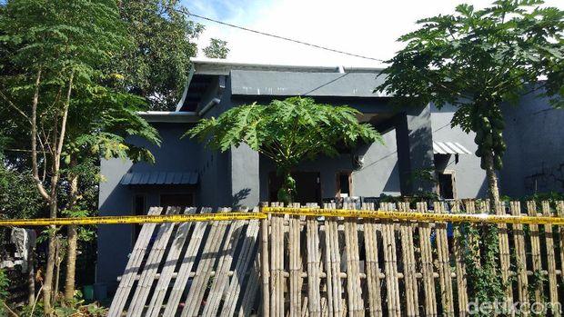 Rumah ibu rumah tangga di Gowa yang terkena peluru nyasar saat nonton TV (Hermawan/detikcom).