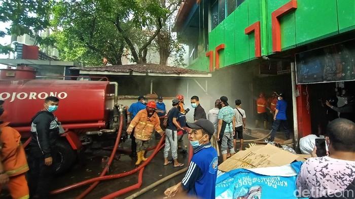 Kebakaran terjadi di kios Pasar Kliwon Kudus, Jawa Tengah. Petugas pemadam kebakaran diketahui tengah melakukan pemadaman di lokasi kebakaran.