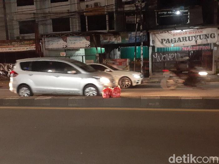 Sampah di tengah Jl Dewi Sartika, dekat flyover Ciputat, 16 Februari 2021 malam. (Afzal NI/detikcom)