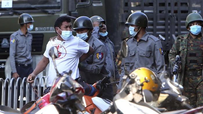 Sejumlah orang ditangkap polisi Myanmar. Mereka ditangkap saat berdemo menolak kudeta oleh militer Myanmar.