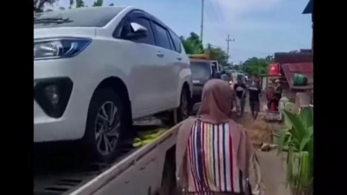 Warga satu desa di Tuban memborong 176 mobil baru. Kini videonya tengah viral di media sosial.